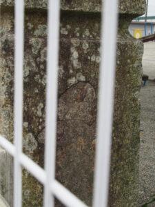 御薗小学校の校庭には御薗橋(馬瀬川)の親柱?(伊勢市御薗町長屋)