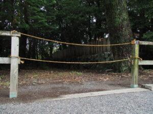 仮殿のために切断された木柵、御食神社(豊受大神宮 摂社)