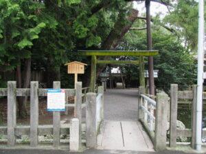 苔むしたままの鳥居、御食神社(豊受大神宮 摂社)