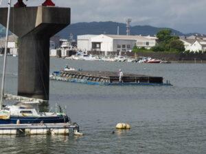 一色大橋の下を通過する台船(勢田川)