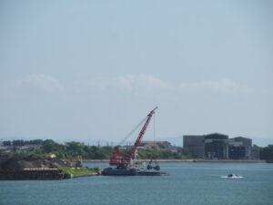 浚渫作業で勢田川から回収された土砂の陸揚げ
