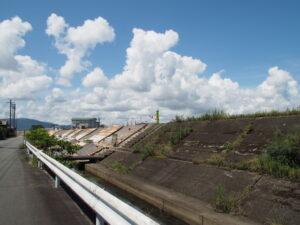 耐震補強工事が進められる宮川の堤防