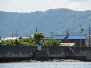 大湊海岸から五十鈴川越しに遠望した昨日に飛び越えた扉