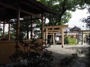 建て替えられた鳥居群、一色神社(伊勢市一色町)
