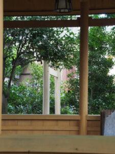 山の神への参道に建て替えられた鳥居、一色神社(伊勢市一色町)